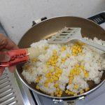 ご飯、コーン、にんにくを炒める